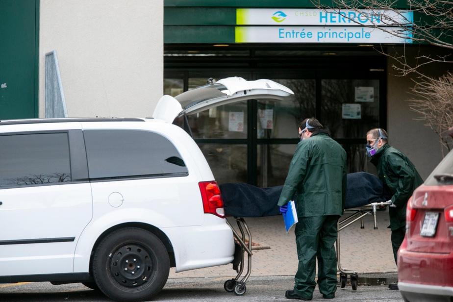 Cruelle réalité: deux corps sont transportés par des employés de la morgue au CHSLD Herron.