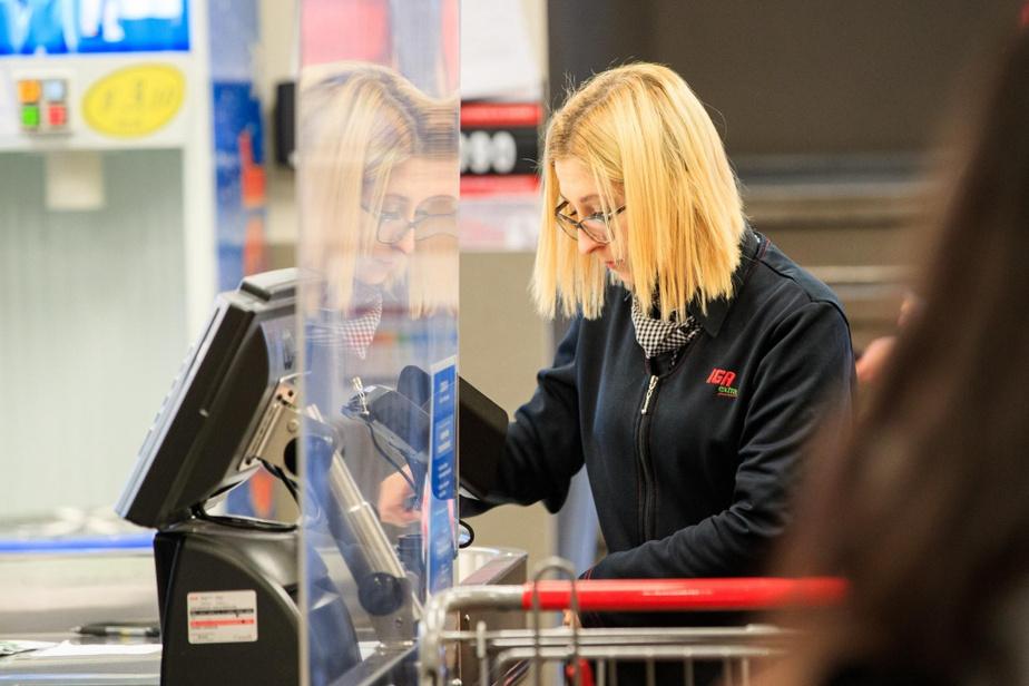 Récemment, des barrières transparentes en plexiglas ont fait leur apparition afin de protéger les caissières… ainsi que les clients.