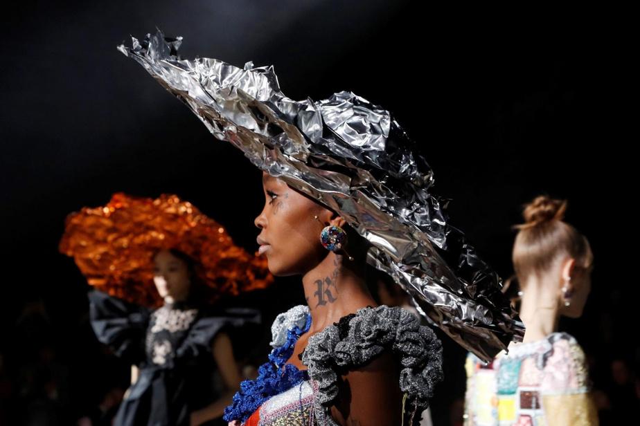 Moment tiré du défilé de la collection Haute Couture printemps-été2020 de Viktor&Rolf.