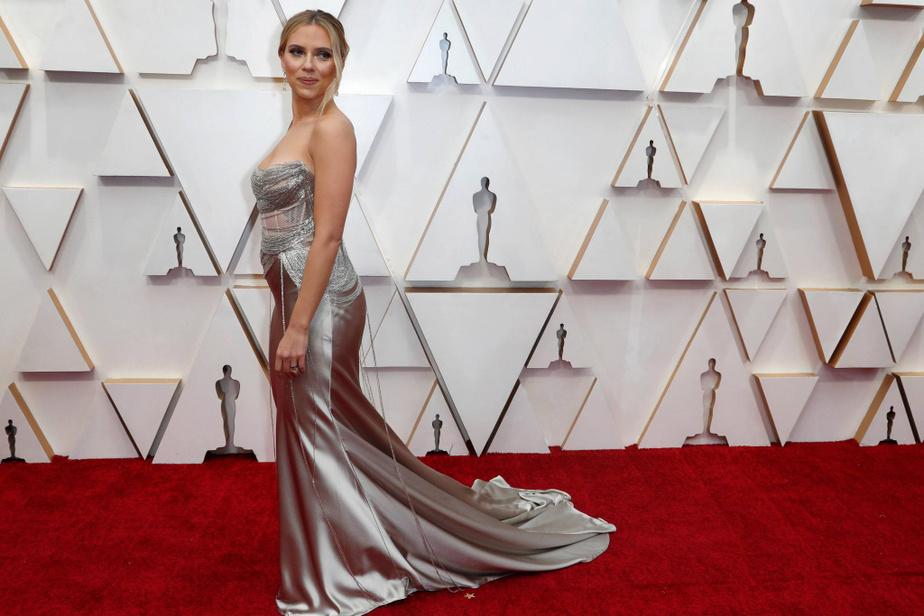 Scarlett Johansson, nommée deux fois plutôt qu'une (meilleure actrice pour Marriage Story et meilleure actrice de soutien pour Jojo Rabbit), était sublime dans une robe Oscar de la Renta au bustier travaillé avec des dizaines de chaînettes argentées, portée sur une longue traînesatinée.