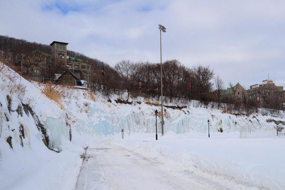 De petites parois de glace ornent le parc Rutherford, au réservoir McTavish.