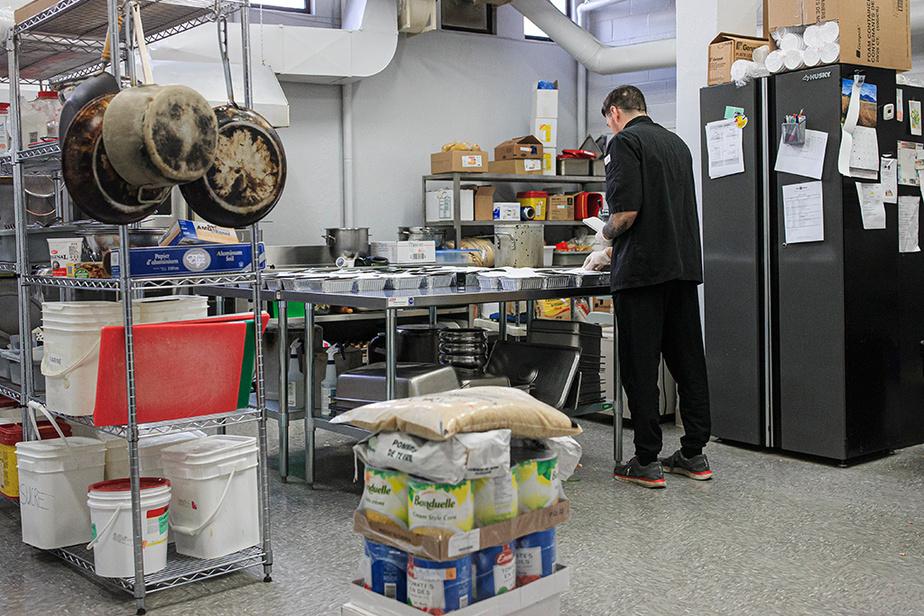 La popote roulante dans Hochelaga-Maisonneuve cesse ses activités temporairement vendredi, alors lesbénéficiaires ont reçu des plats congelés cette semaine. L'organisme espère reprendre son service avant la fin du mois.