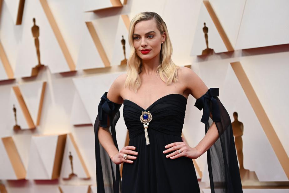 Décidément, Chanel avait la cote pour la soirée des Oscars. Margot Robbie, au look toujours impeccable pour les tapis rouges, était particulièrement en beauté dans cette robe bustier vintage Chanel ornée d'un bijou, et ses longues manches vaporeuses à boucles accrochées à ses bras. Trèsréussi!