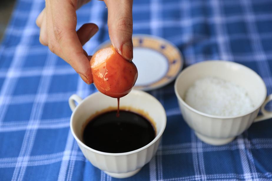 On recommence, avec un mochi à la mangue. Trempez-le dans un coulis de fruits rouges...