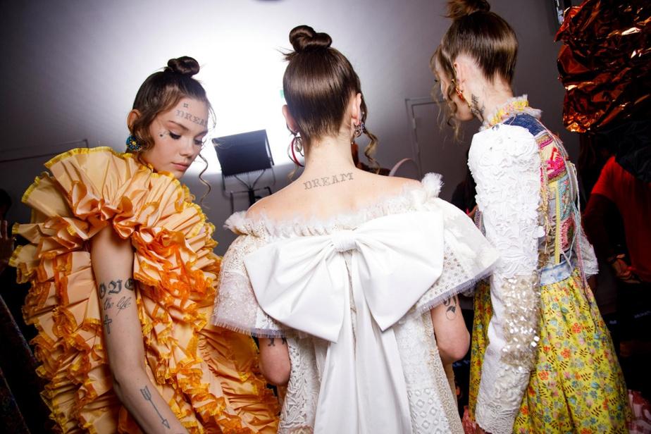 La collection Haute Couture printemps-été2020 de Viktor&Rolf n'utilise que des échantillons de tissus tirés des archives des designers.