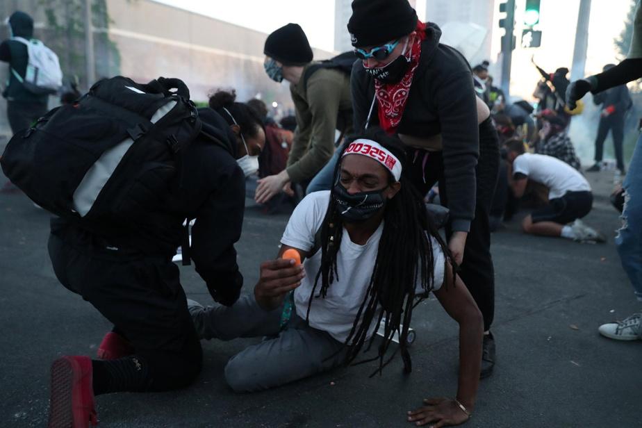 Minneapolis Touché par un projectile de caoutchouc, un manifestant peine à se relever.