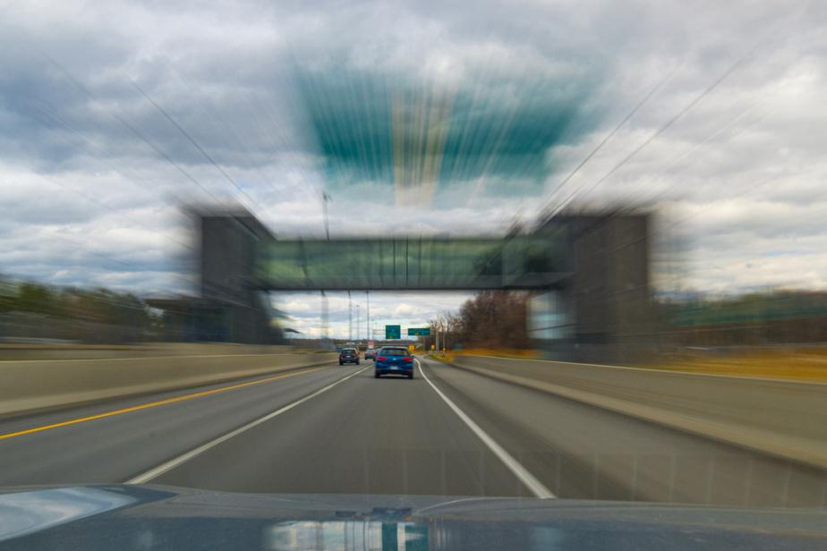 La gare de Terrebonne du train Montréal-Mascouche est située entre les deux voies de l'autoroute640 et une passerelle la relie au stationnement.