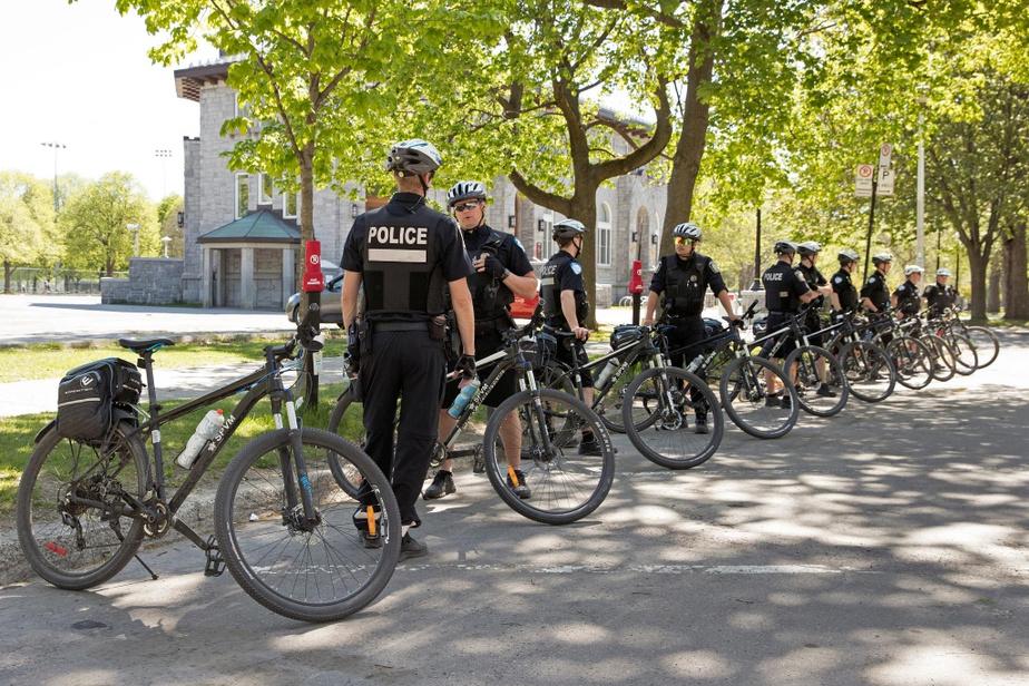 Des policiers à vélo attendent les ordres au parc La Fontaine, à Montréal.
