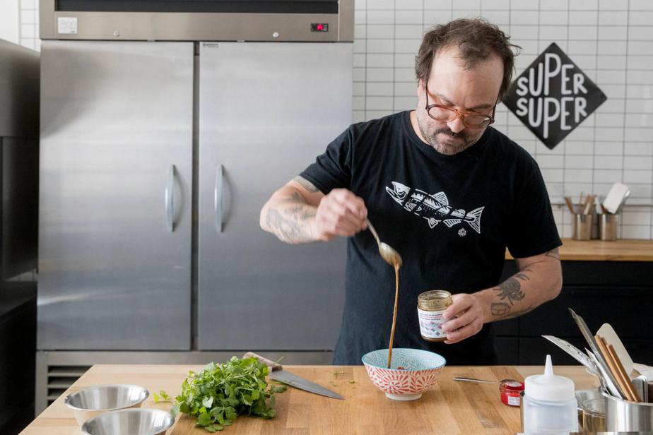 Stéphan Doe, propriétaire-fondateur de Super Super, prépare un tartare de saumon avec sa sauce d'inspiration asiatique.
