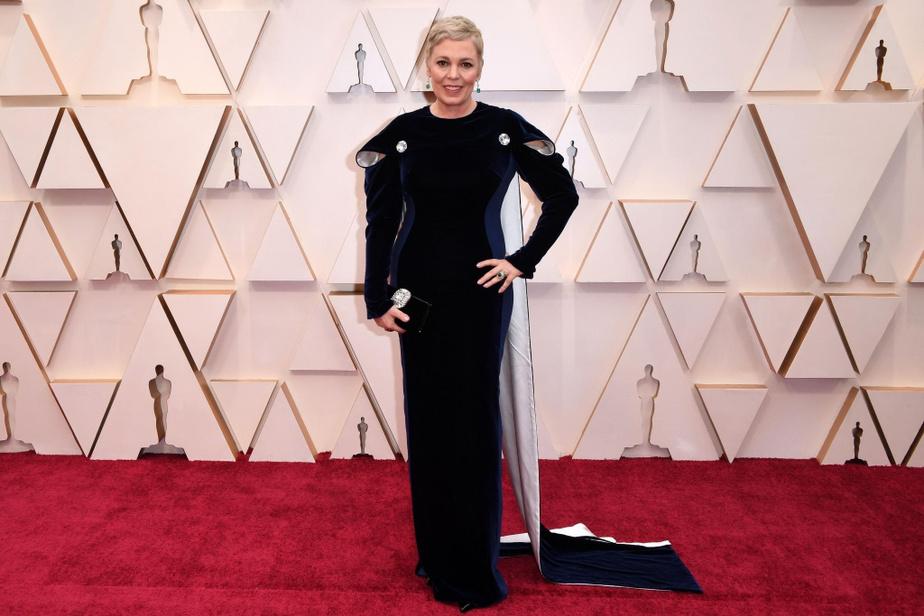 Nouvellement blonde, l'actrice Olivia Colman, qui a gagné une statuette en tant que meilleure actrice pour son rôle dans TheFavourite l'an dernier, a osé ce look signé Stella McCartney, très élégant, mais aux détailsinventifs.
