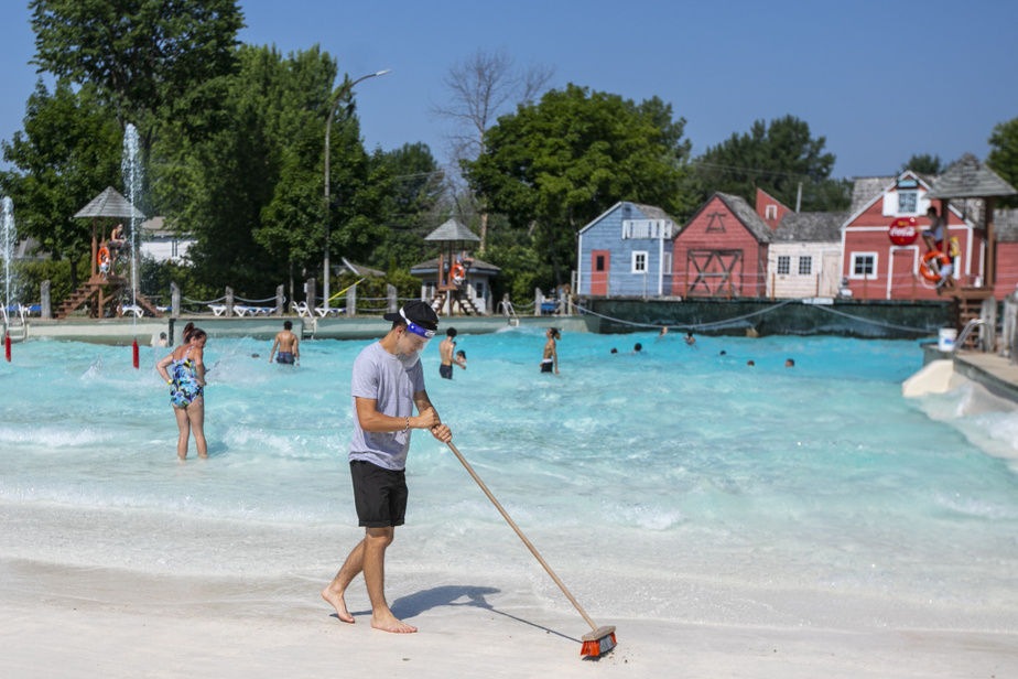 Un employé nettoie les abords de la piscine àvagues.