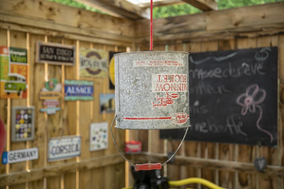 Une chaudière à ménés, qui accompagnait autrefois Daniel Marchessault et son père, André, dans leurs excursions de pêche, est maintenant une lampe.