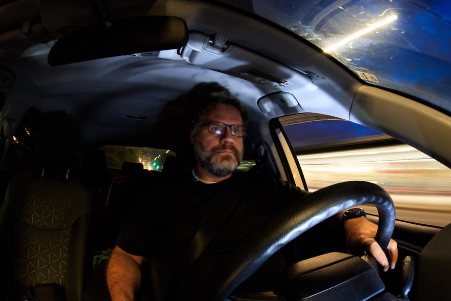 Autoportrait de nuit, retour à la maison après une affectation photo.