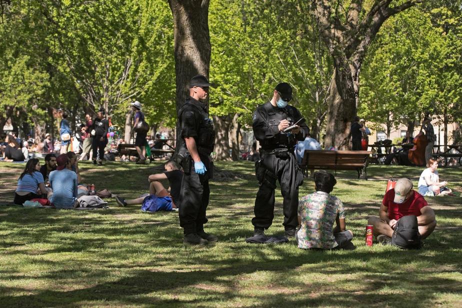 Lors du passage de La Presse au parc Sir-Wilfrid-Laurier, samedi, les policiers ont multiplié les avertissements en portant généralement le masque lorsqu'ils s'approchaient des personnes.