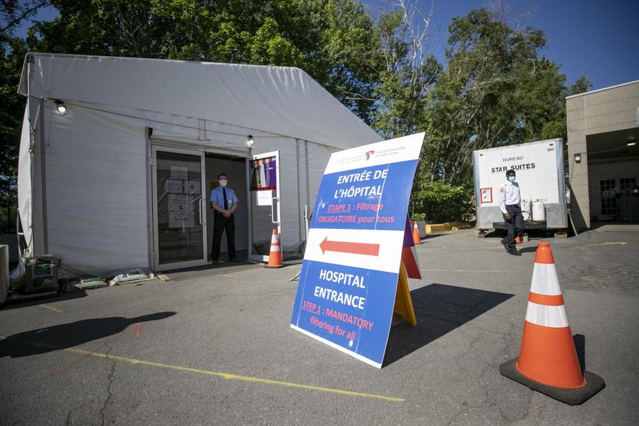 La tente de «filtrage» des employés et de dépistage de la COVID-19 installée à l'entrée de l'hôpital et du CHSLD voisin