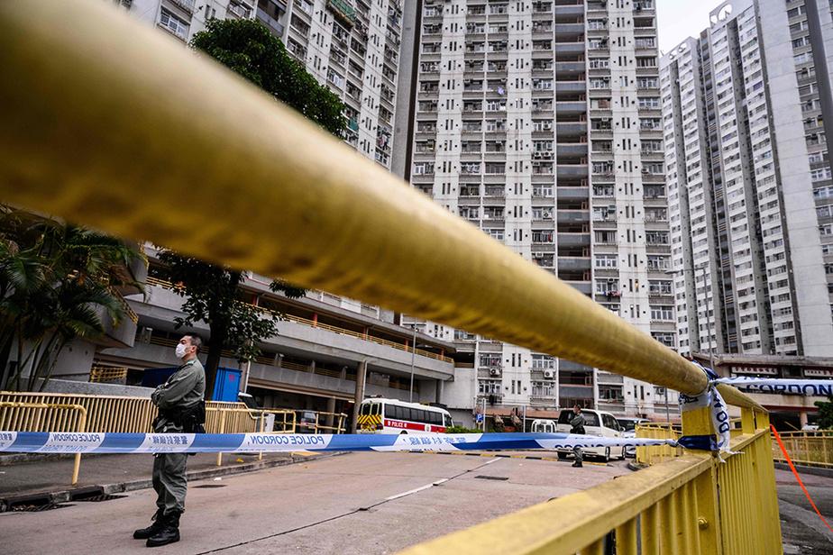 Plus d'une centaine de personnes ont été évacuées mardi d'une tour d'habitation de 35étages à Hong Kong après la découverte d'un deuxième cas deCOVID-19 dans cette résidence, mais à un étage distinct. Les autorités s'interrogent sur une éventuelle contagion au travers decanalisations.