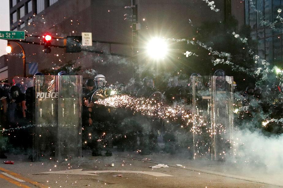 Atlanta Des manifestants ont lancé des pièces pyrotechniques en direction des forces de l'ordre.