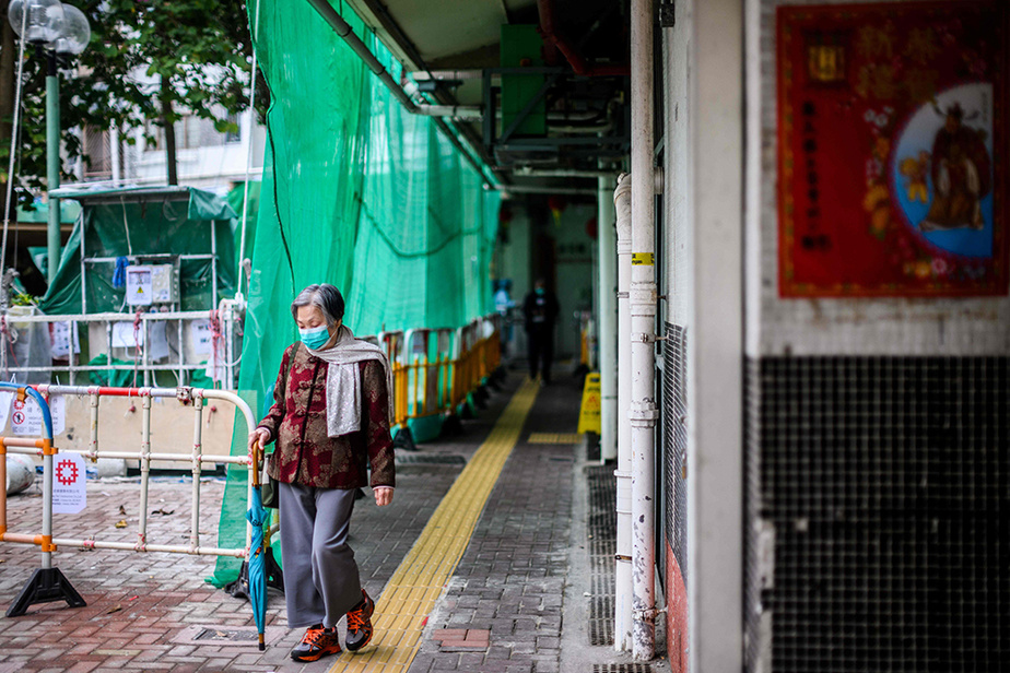 C'est en pleine nuit qu'une partie deshabitants de Hong Mei House ont été invités à quitter cette tour appartenant à larésidence Cheung Hong Estate, sur l'île de Tsing Yi, au nord-ouest de l'île de Hong Kong.