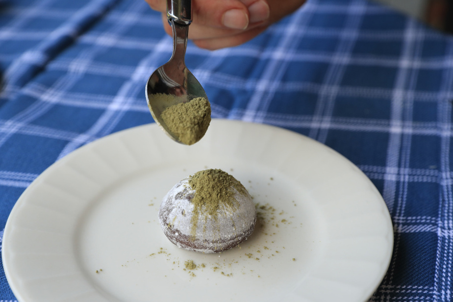Dernier exemple, avec un mochi au chocolat: saupoudré de thé matcha, il prendra une autre dimension, et rehaussera son côtéjaponais.