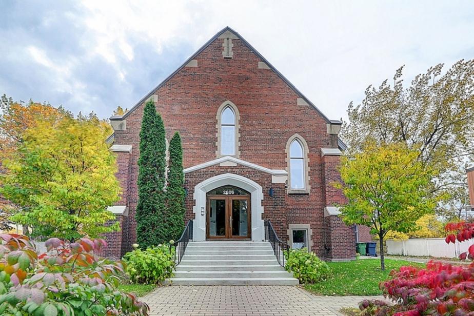 L'ancienne chapelle Évangélique Emmanuel, convertie en condominiums en 2012, est avantageusement située en retrait de la rue.