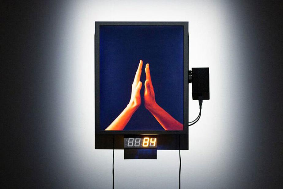 Andrée-Anne Roussel et Samuel St-Aubin, Distance critique, 2020. Nouveaux médias; boîtier Écran LCD, fils HDMI, Raspberry Pi, cadran7-segment, Arduino Micro.