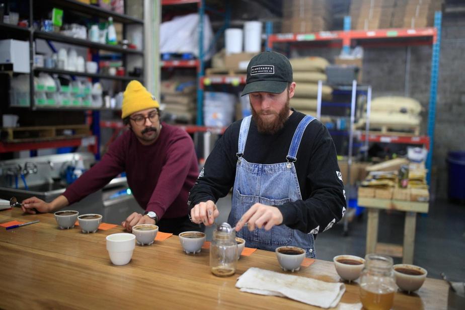 Jesse Lewin, de Traffic (à droite), fait une dégustation de cafés avec Matisse Gill, torréfacteur des cafés Melk, à titre de consultant.