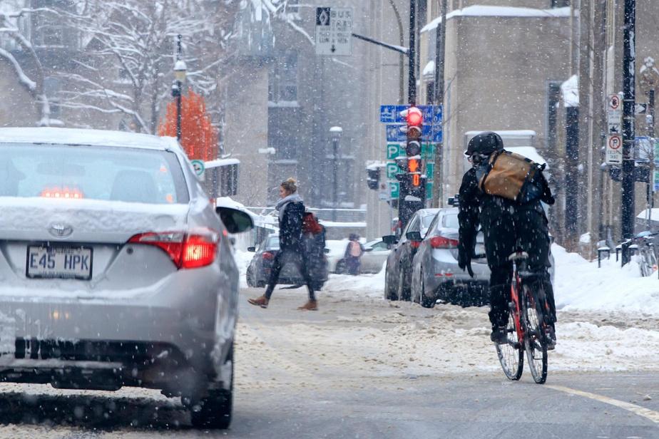 Simon Legault, d'Environnement Canada, le reconnaît d'emblée: même les météorologues ont été surpris par la quantité de neige tombée lundi matin.