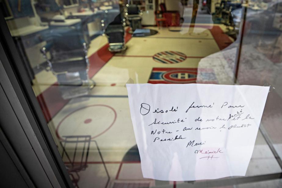 Comme tous les autres, le salon de barbier Chez Ménick a dû fermer ses portes. Le célèbre barbier a lui-même écrit la note adressée à ses clients affichée sur la porte de l'établissement de la rue Masson.