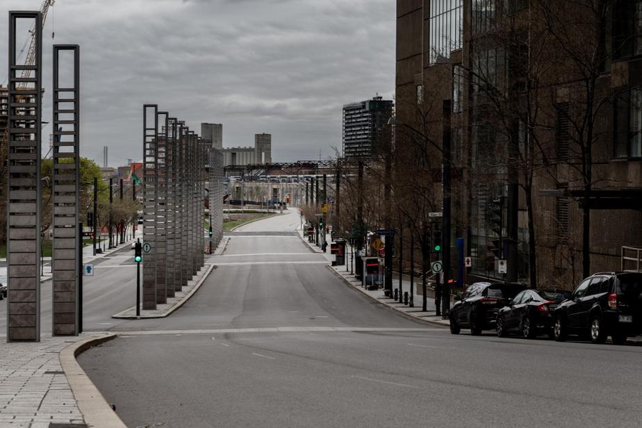 Midi, boulevard Robert-Bourassa. On ne se bouscule pas pour entrer au centre-ville.