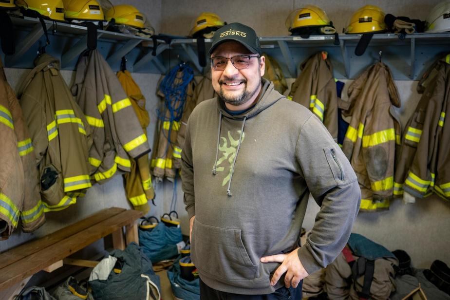 C'est l'agent des ressources humaines et des relations cries et, accessoirement, le chef pompier du camp. «La plupart des gens sont contents. On est proche de Waswanipi, à deux heures de route de la maison. Sur le site, il y a une ambiance, on parle français, anglais, cri. Tout le monde se parle.»