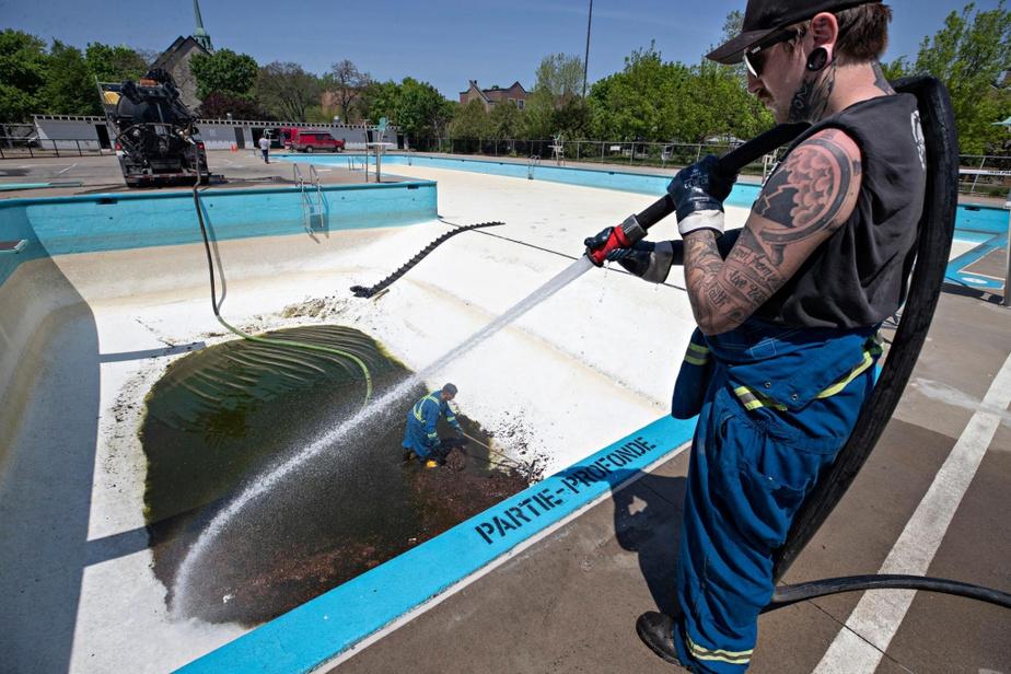 Puisque la saison de la baignade est à nos portes, des travailleurs nettoient la piscine Baldwin pour que la Ville puisse accueillir les baigneurs dès que le gouvernement provincial donnera le feu vert.