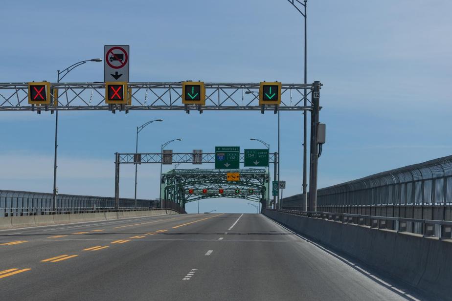 Midi, sur le pont Jacques-Cartier. Oui, il s'agit bien de l'un des ponts les plus occupés, habituellement, de la métropole.