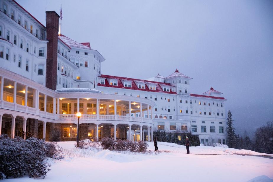 Monument historique Consacré monument historique national en 1986, l'hôtel est aujourd'hui au cœur d'un complexe de villégiature de près de 810hectares qui inclut non seulement le centre de ski alpin BrettonWoods, mais également 100km de sentiers de ski de fond, de nombreux restaurants, deux auberges–le Lodge at BrettonWoods et le Bretton WoodsArmsInn–, de même que 36trous de golf. Ce n'est toutefois qu'en1999 que l'hôtel a accueilli ses premiers clients l'hiver–des travaux d'isolation à la toiture ont d'ailleurs coûté près 7millions en2010.
