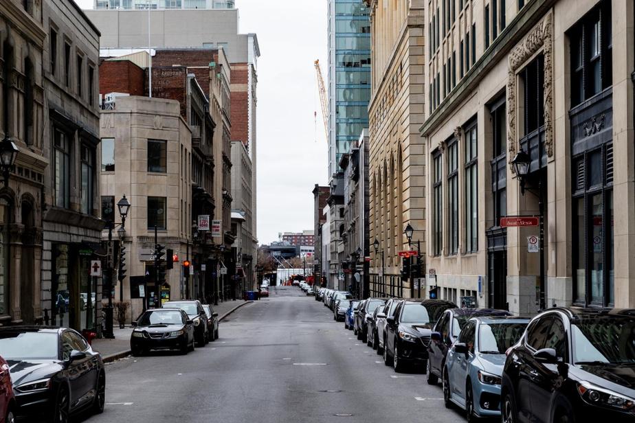 11h30, rue Notre-Dame Ouest, dans le Vieux-Montréal. Pas un touriste à l'horizon.