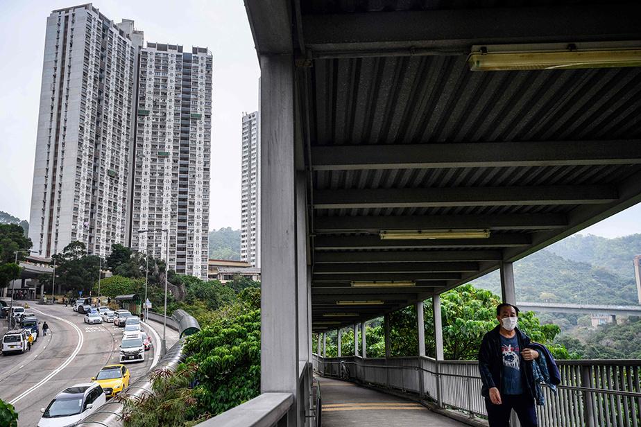 Par mesure de précaution, les habitants de tous les appartements de la tour situés exactement au-dessus et en dessous des deux touchés ont été évacués et devront suivre une quarantaine de 14jours.