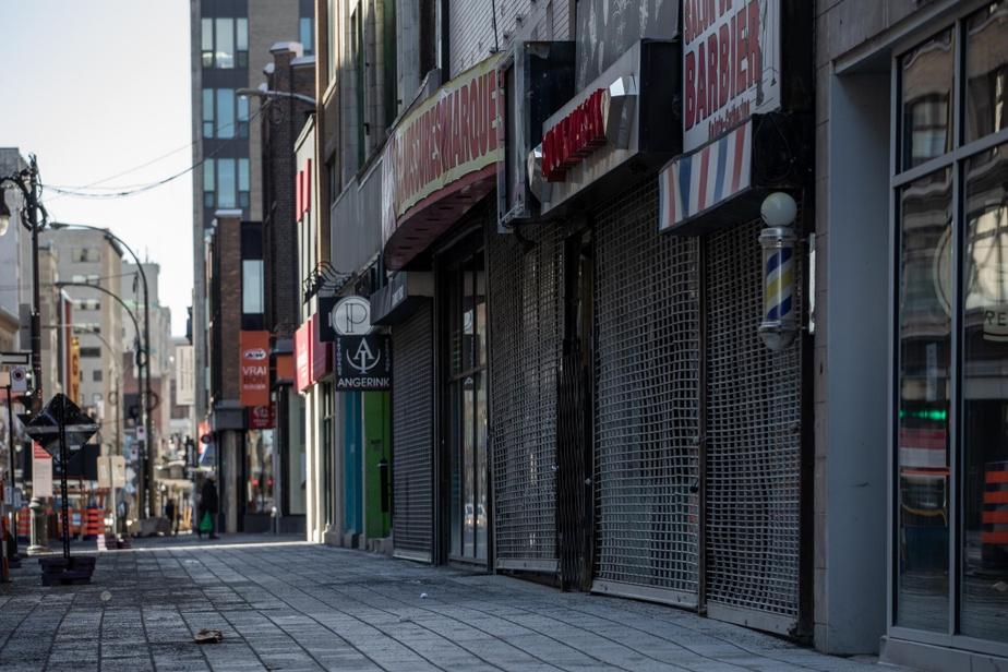11h, rue Sainte-Catherine Ouest. Le centre-ville semble avoir été abandonné.