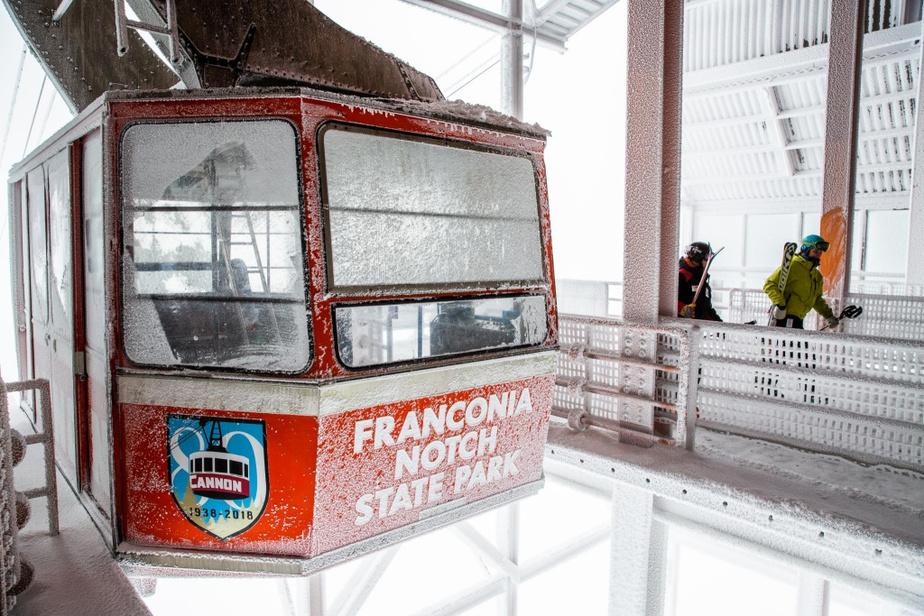 Tramway aérien À partir de la base du FrontFive, on choisit de filer vers le sommet à bord du téléphérique, une imposante nacelle pouvant accueillir jusqu'à 70passagers. Il a été construit en1980 en remplacement du «tram» original aménagé en1938–c'était le premier téléphérique d'Amérique du Nord. Avant de remonter, on peut passer quelques instants au Musée du ski de la Nouvelle-Angleterre, aménagé dans un bâtiment voisin–on y trouve notamment cinq des six médailles olympiques remportées par BodeMiller.