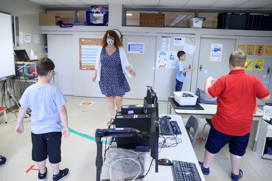 L'enseignante Brigitte Bernard-Charron effectue des pas de danse avec les élèves de sa classe.
