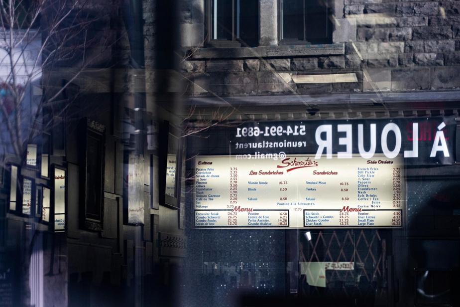 Le populaire Schwartz's Deli, boulevard Saint-Laurent, a dû fermer la salle de son restaurant, mais sert toujours des smoked meat… pour emporter!