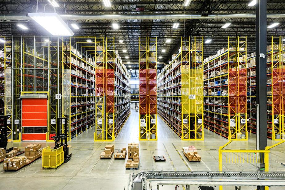 Les distributeurs doivent être capables d'acheminer chaque produit n'importe où au Québec en un clin d'œil à partir de leurs gigantesques entrepôts.
