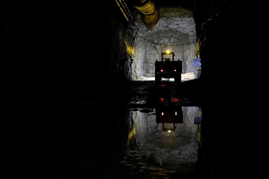 La galerie fait environ 5,2m de large sur 5,5m de haut, ce qui est suffisant pour laisser confortablement circuler un camion-benne minier de 40tonnes.