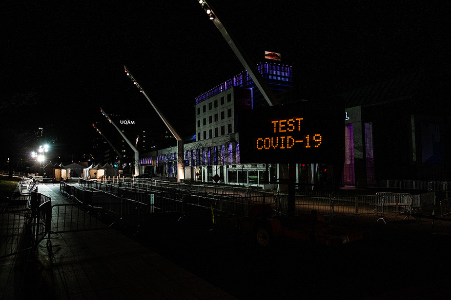 La clinique de dépistage de la place des Festivals, vue la nuit