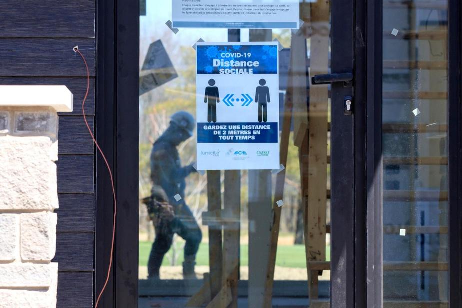 En pleine pandémie, la signalisation est de mise, comme ici au chantier de Ghislain Beaudry à Sainte-Julie.