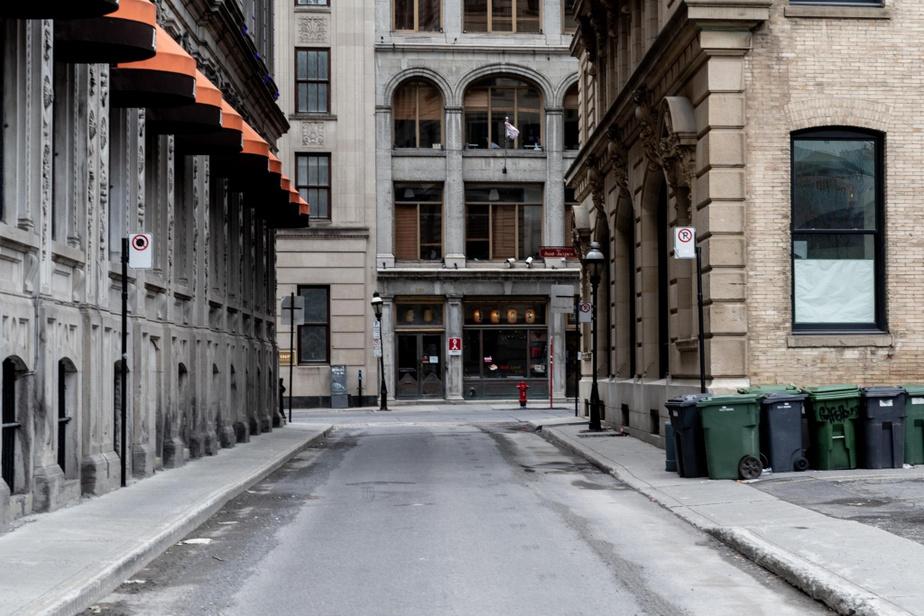 13h, rue Saint-Jean, dans le Vieux-Montréal. On entendrait voler une mouche…
