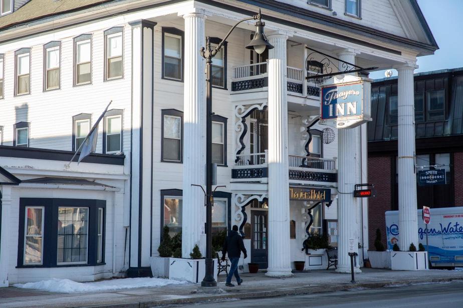 Thayers Inn Stratégiquement situé à moins de 30minutes des centres de ski de BrettonWoods et de Cannon, Littleton est en quelque sorte le chef-lieu des montagnes Blanches. Son dynamique centre-ville vaut franchement le détour, notamment pour passer la nuit au ThayersInn, le plus vieil hôtel encore en activité au NewHampshire–il figure au registre des sites historiques nationaux américain depuis1982.