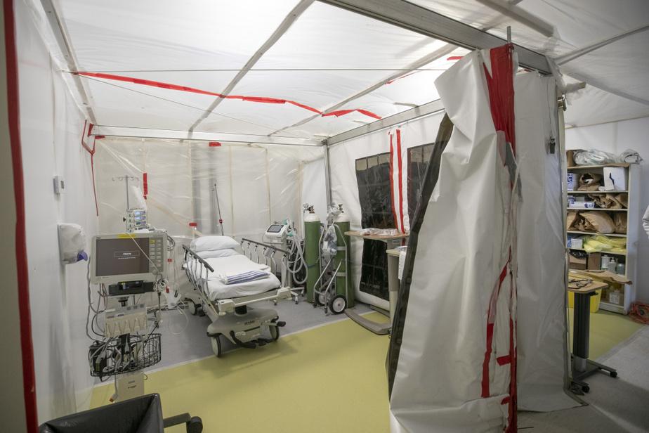 Ici, la tente de réanimation, où ont été aménagées deux «chambres» à pression négative pour traiter les patients qui arrivent en crise respiratoire.