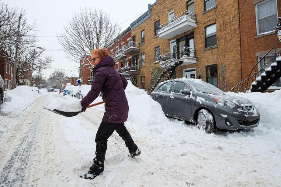 Malgré tout, les Montréalais rencontrés par LaPresse gardaient le moral. Rue Chambord, sur le Plateau Mont-Royal, Céline Robert prenait son temps pour dégager sa voiture en prévision des interdictions de stationnement qui vont suivre cette semaine.