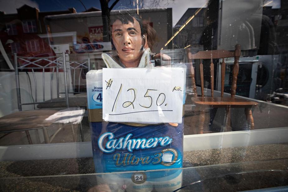 Du papier de toilette à prix «spécial» dans la vitrine d'Ameublement Elvis, rue Papineau, qui n'offre que certains services sur rendez-vous.