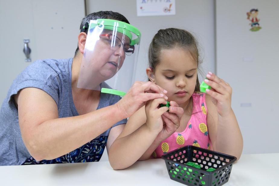 Lyne Gendron et la petite Layla Lajoie font un exercice de toucher-reconnaissance.