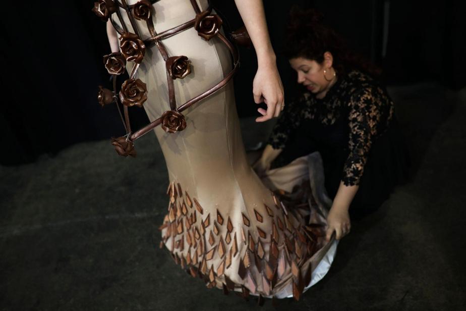 Les derniers ajustements sont effectués sur une robe.